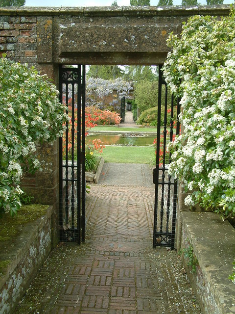 Ilminster,_Barrington_Court_Garden_-_geograph.org.uk_-_211725.jpg