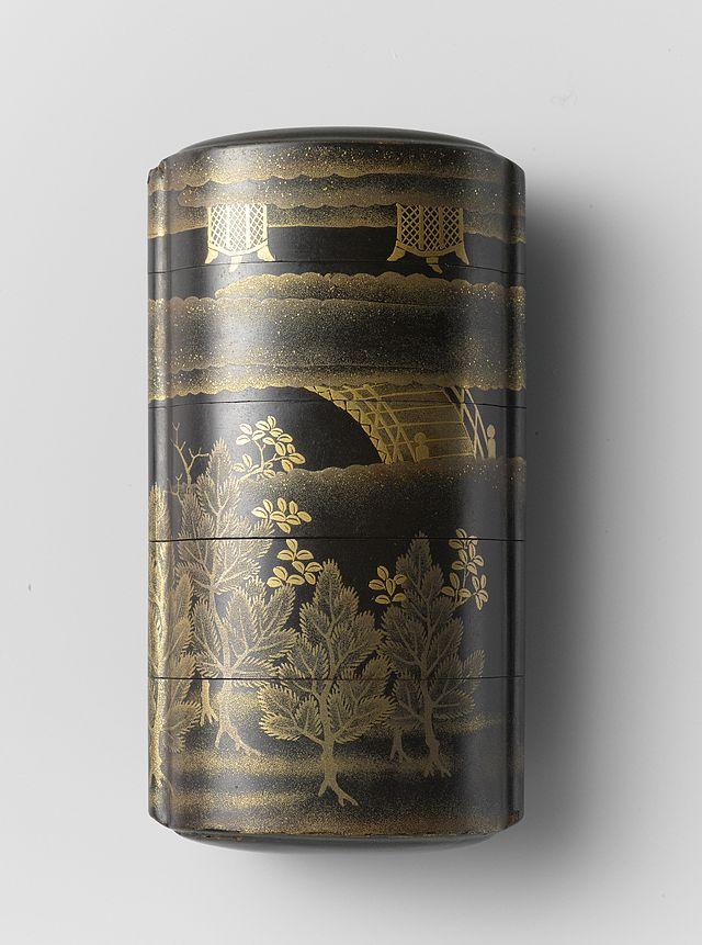 Inro,_zwarte_lak_met_een_brug_in_de_mist_en_pijnbomen_in_makie-Rijksmuseum_AK-NM-6173.jpeg.jpeg