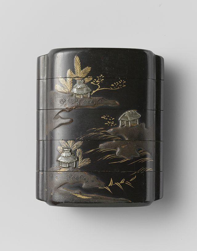 Inro,_zwarte_lak_met_een_rivierlandschap_in_makie-Rijksmuseum_AK-NM-6172.jpeg.jpeg