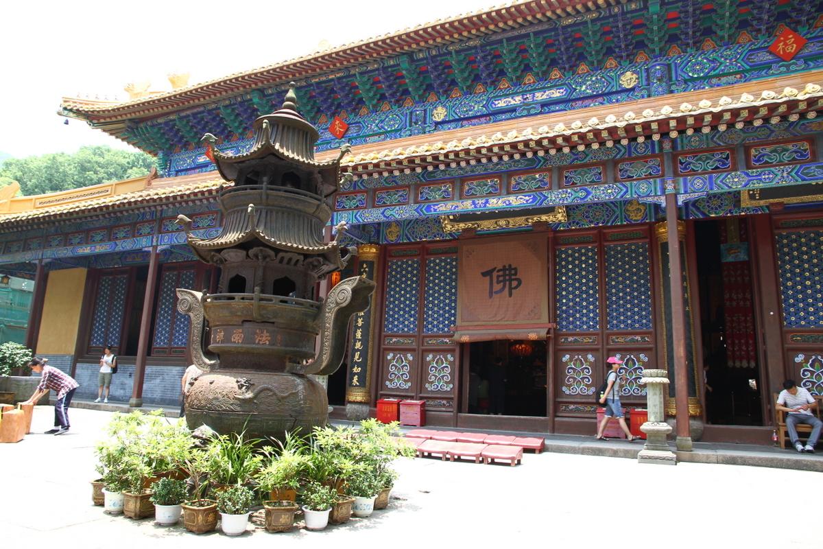Inside_Fayu_Temple_on_Putuo_Shan_island_in_China.JPG