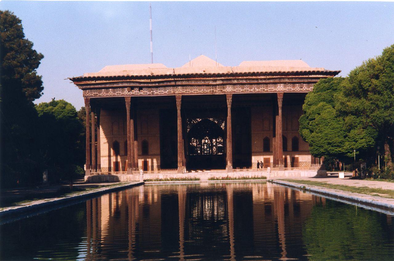 Iran_-_Ispahan_-_Palais_Chehelsotun_(9262414080).jpg