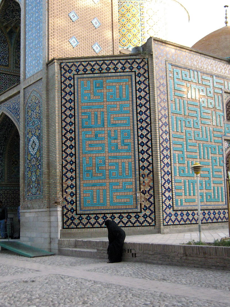 Iranian_alone_woman_-_sited_near_Mohammad_Al_Mahruq_Mosque_-_Nishapur_5.jpg