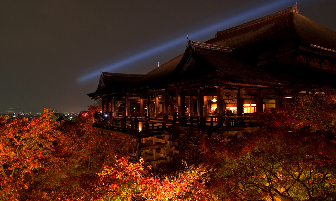 Kiyomizu-dera_temple-night_view-清水寺-夜景_-_panoramio.jpg