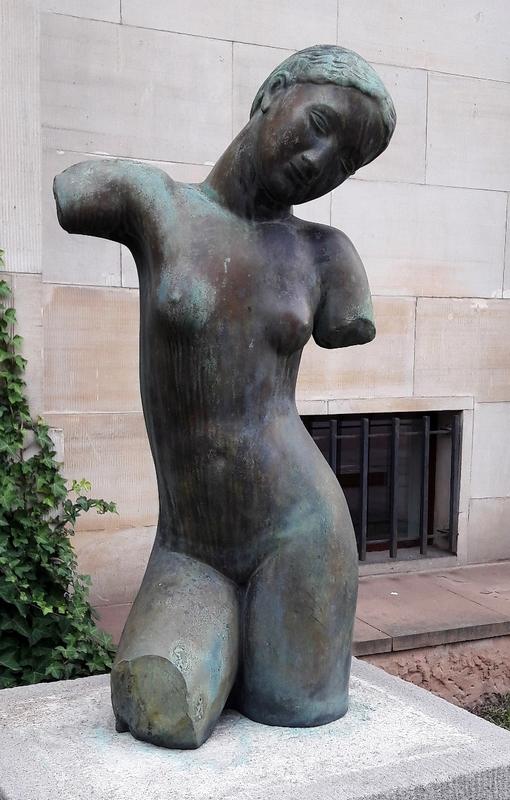 Kuna_Female_nude_-_torso_without_knees.jpg