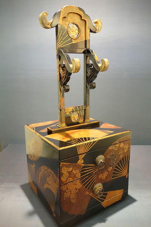 Kyodai_mirror_stand,_Edo_period,_17th_century,.JPG
