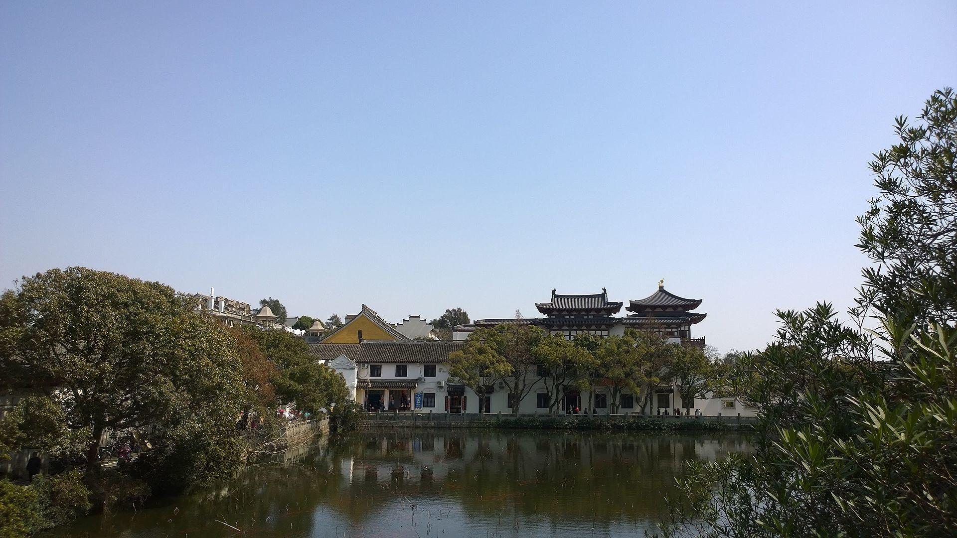 Lake_and_Building_at_the_Puji_Temple_in_Putuoshan_China.jpg