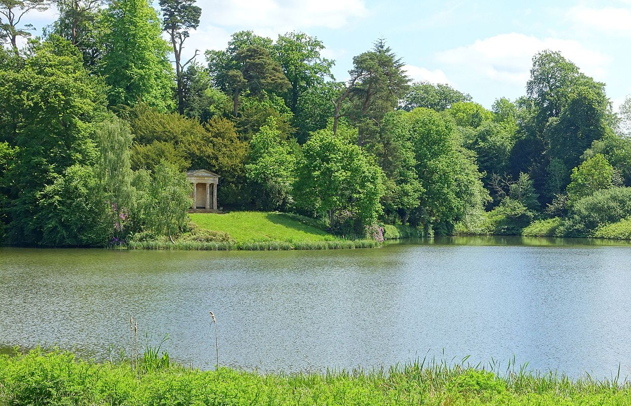 Lake_and_Doric_Temple_-_Bowood_-_Wiltshire,_England_-_DSC00606.jpg