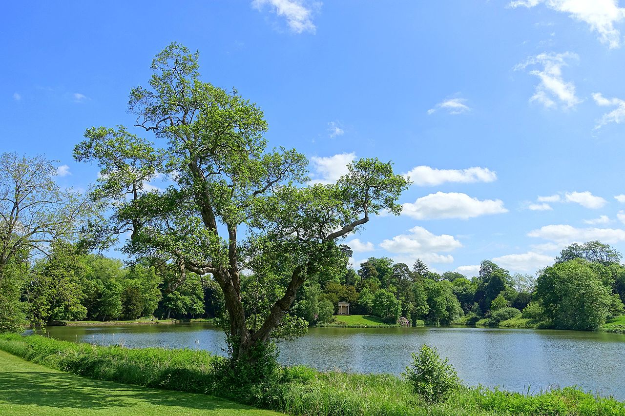 Lake_and_Doric_Temple_-_Bowood_-_Wiltshire,_England_-_DSC00612.jpg
