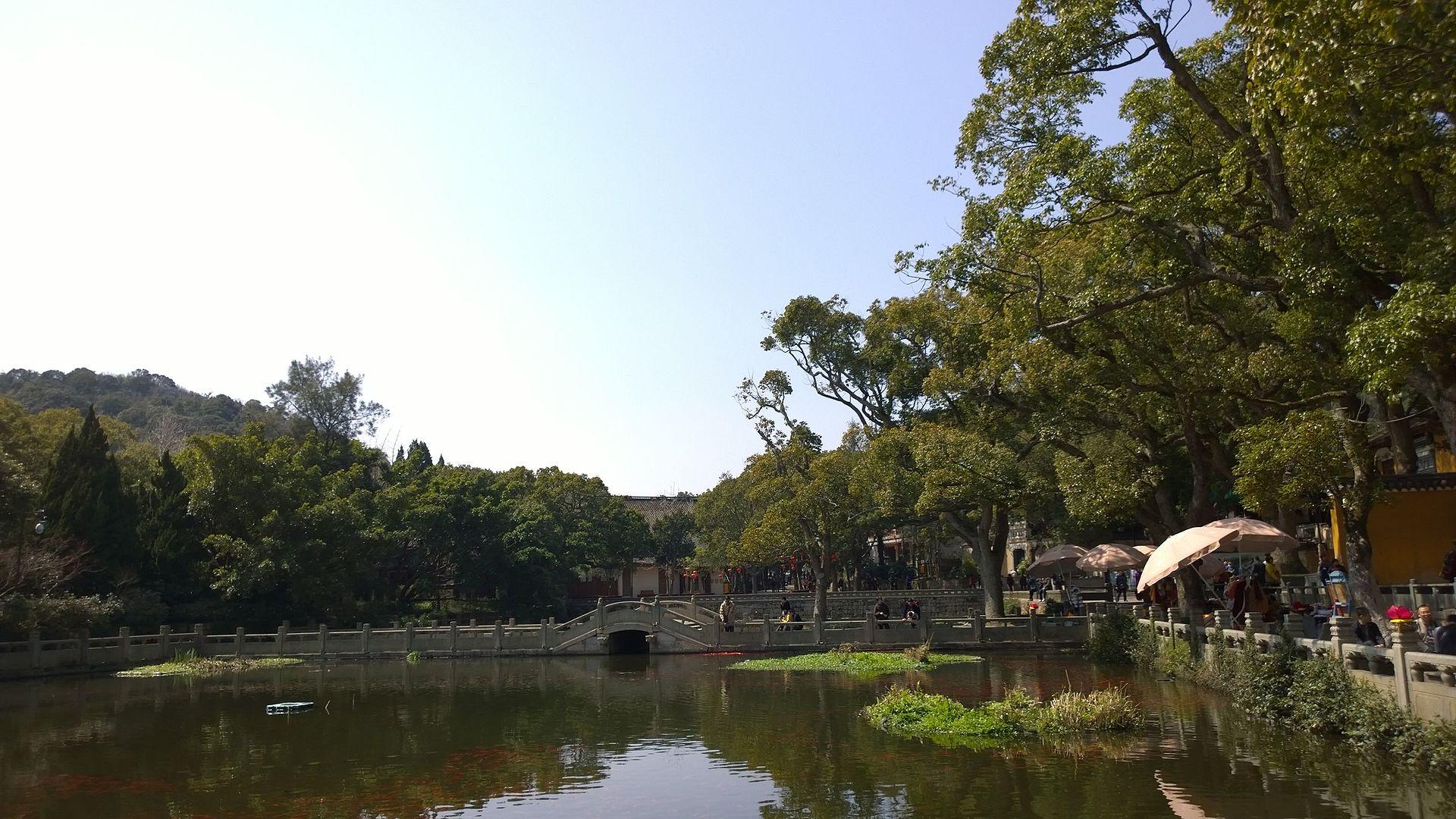Lake_at_Puji_Temple_2.jpg