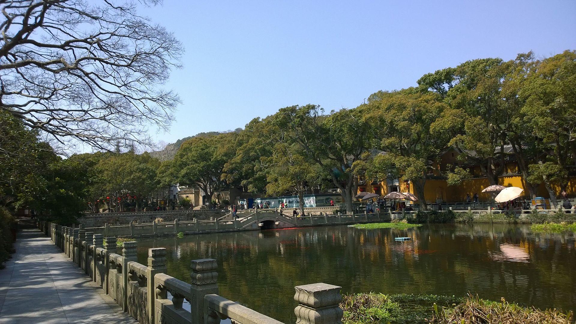 Lake_at_Puji_Temple_3.jpg