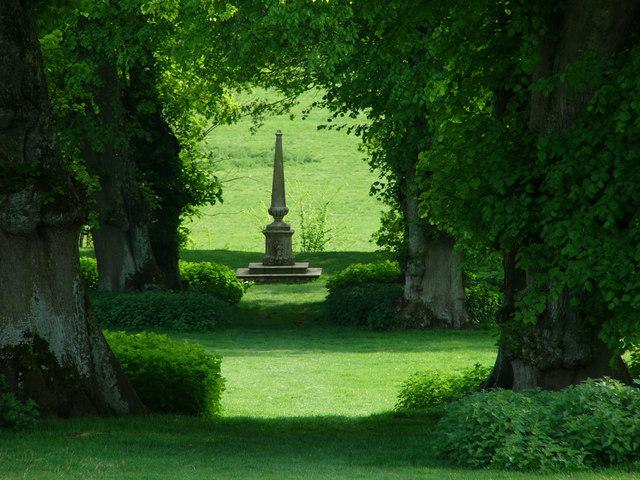 Lime_avenue_and_obelisk,_Hinton_Ampner_-_geograph.org.uk_-_796329.jpg