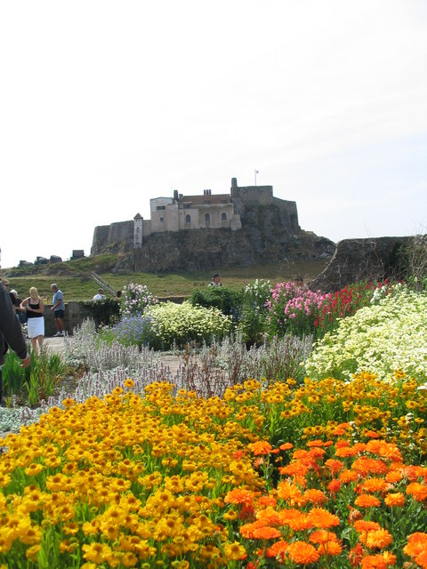 Lindisfarne_Castle_and_its_Jekyll_Garden_-_geograph.org.uk_-_334038.jpg