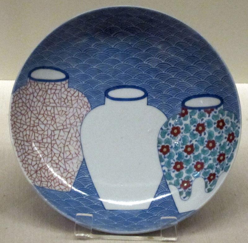 Manifatture_di_nabeshima,_piatto_decorato_con_vasi,_1690-1720_ca..JPG