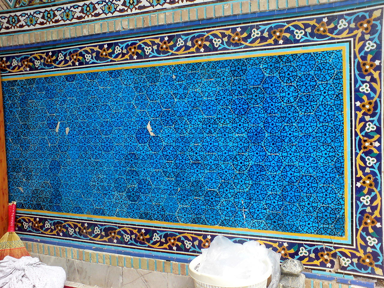 Middle_portico_of_Al-Mahruq_Mosque_-_Tiling_04.JPG
