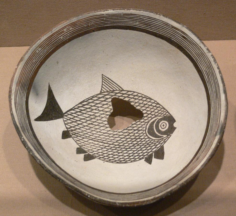 Mimbres_Bowl_with_fish_DMA_1998-103-FA.jpg