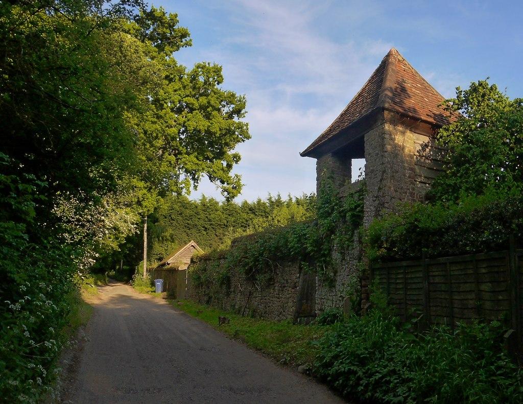 Miss_Jekyll's_Thunder_House,_Heath_Lane,_Busbridge-geograph-3493996-by-Stefan-Czapski.jpg