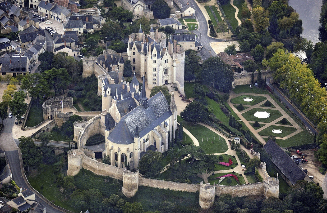 Montreuil-Bellay_castle,_aerial_view_-_рRetouched.jpg