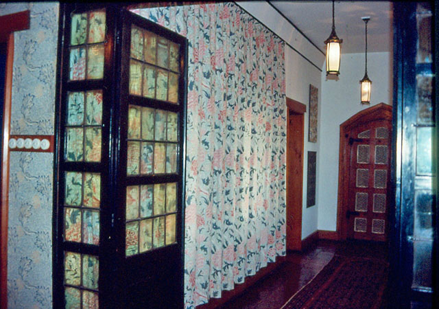 Morris-corridor-with-later-cloth-hangings.jpg