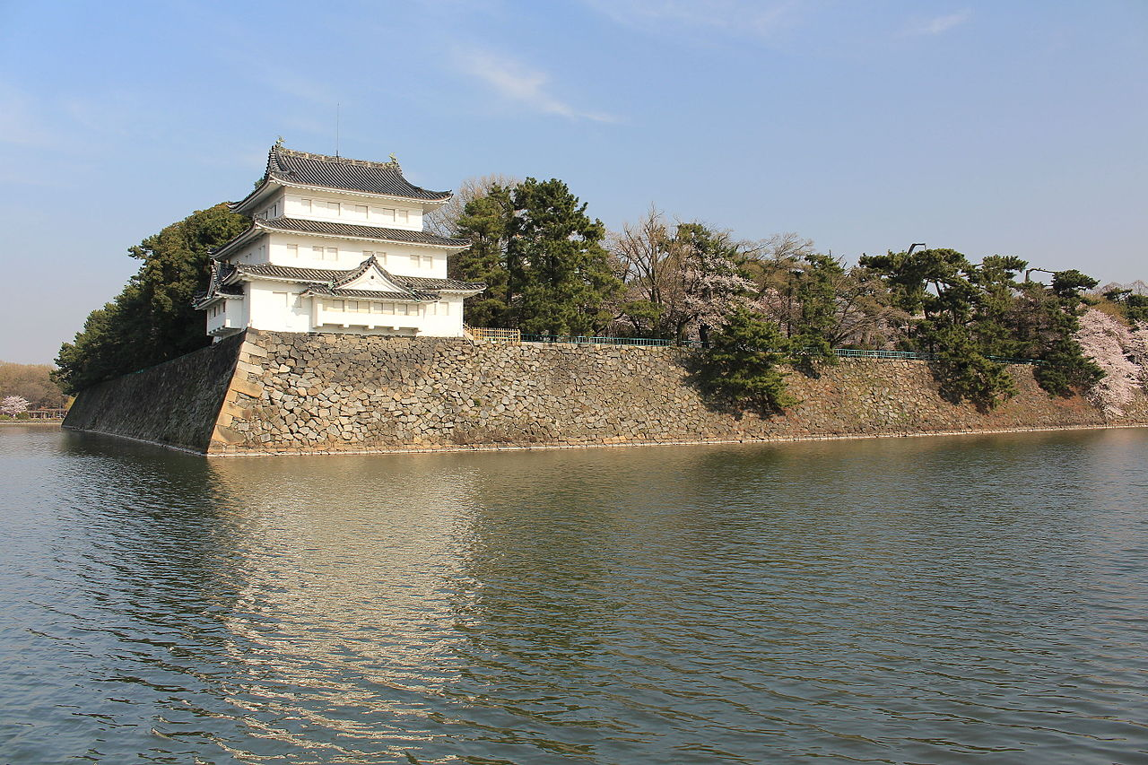Northwest_Turret_(Nagoya_Castle)_and_Moat.JPG