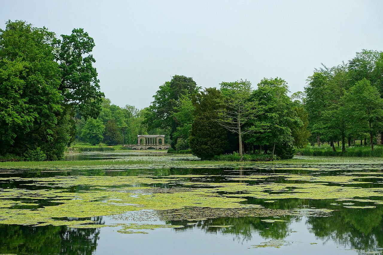 Octagon_Lake_with_Palladian_Bridge,_Stowe_-_Buckinghamshire,_England_-_DSC06870.jpg
