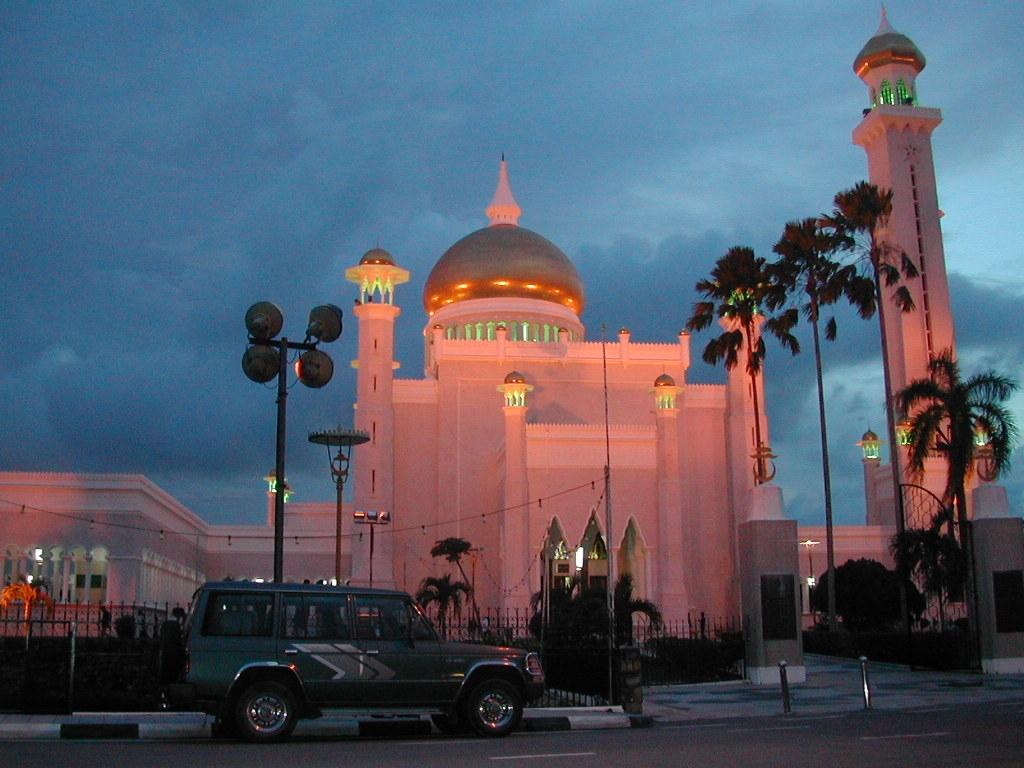 Omar Ali Saifuddien Mosque in Brunei (nightfall).jpg