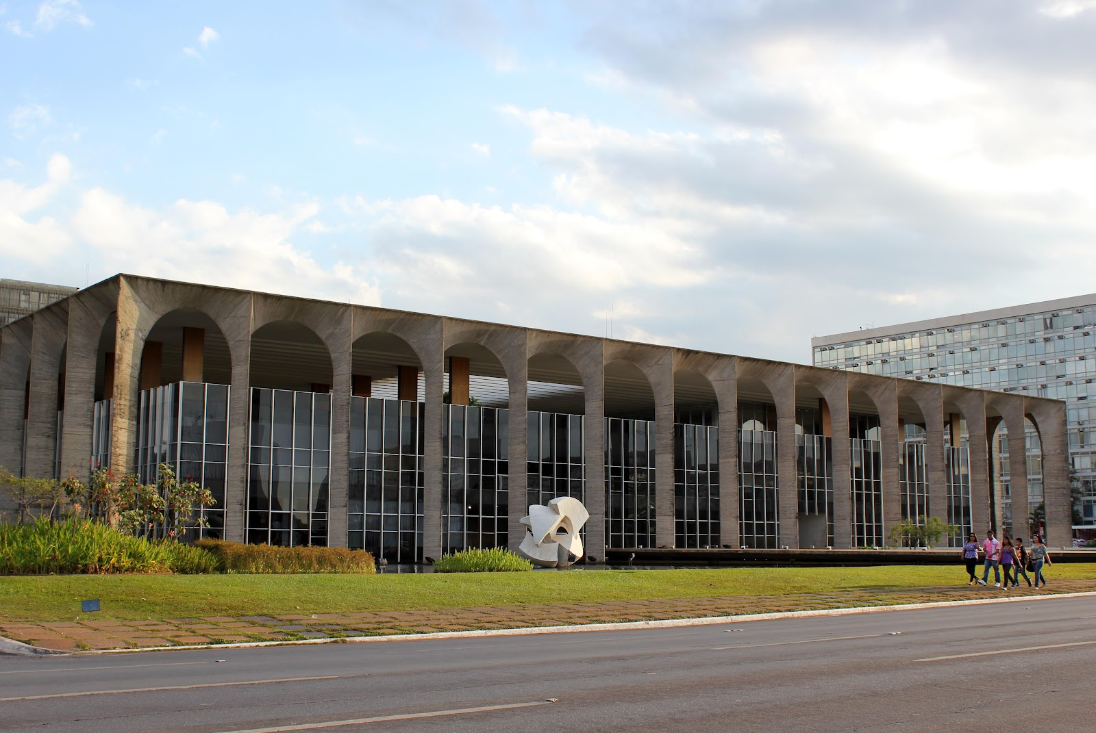 oscar-niemeyer-brazilian-architect-chicquero-design-brasilia-brazil.jpg