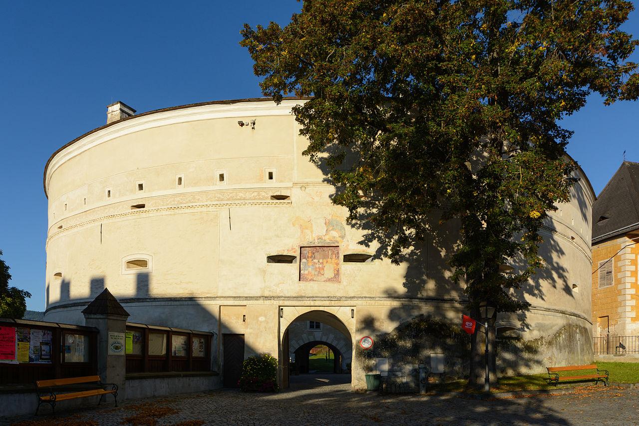 Pöggstall_Schloss_Barbakane_01.JPG