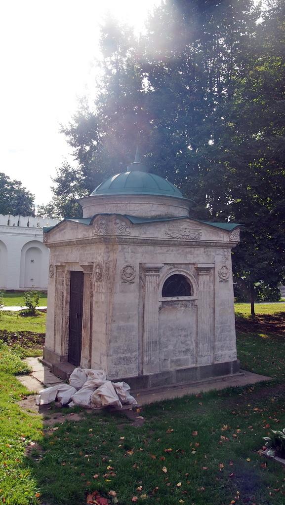 P0016983-2 мавзолей Волконских.JPG