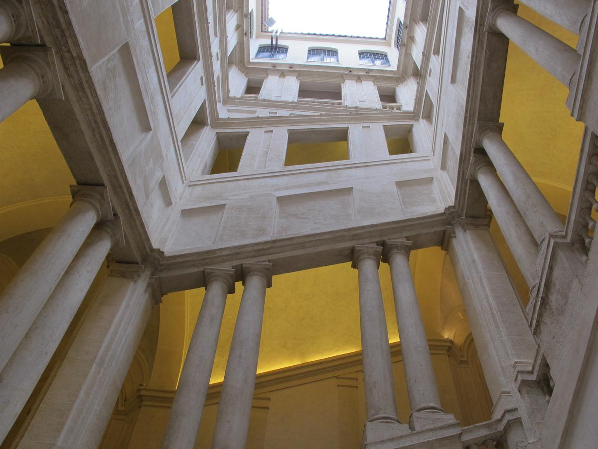 Palazzo_barberini,_scalone_del_bernini_04.JPG