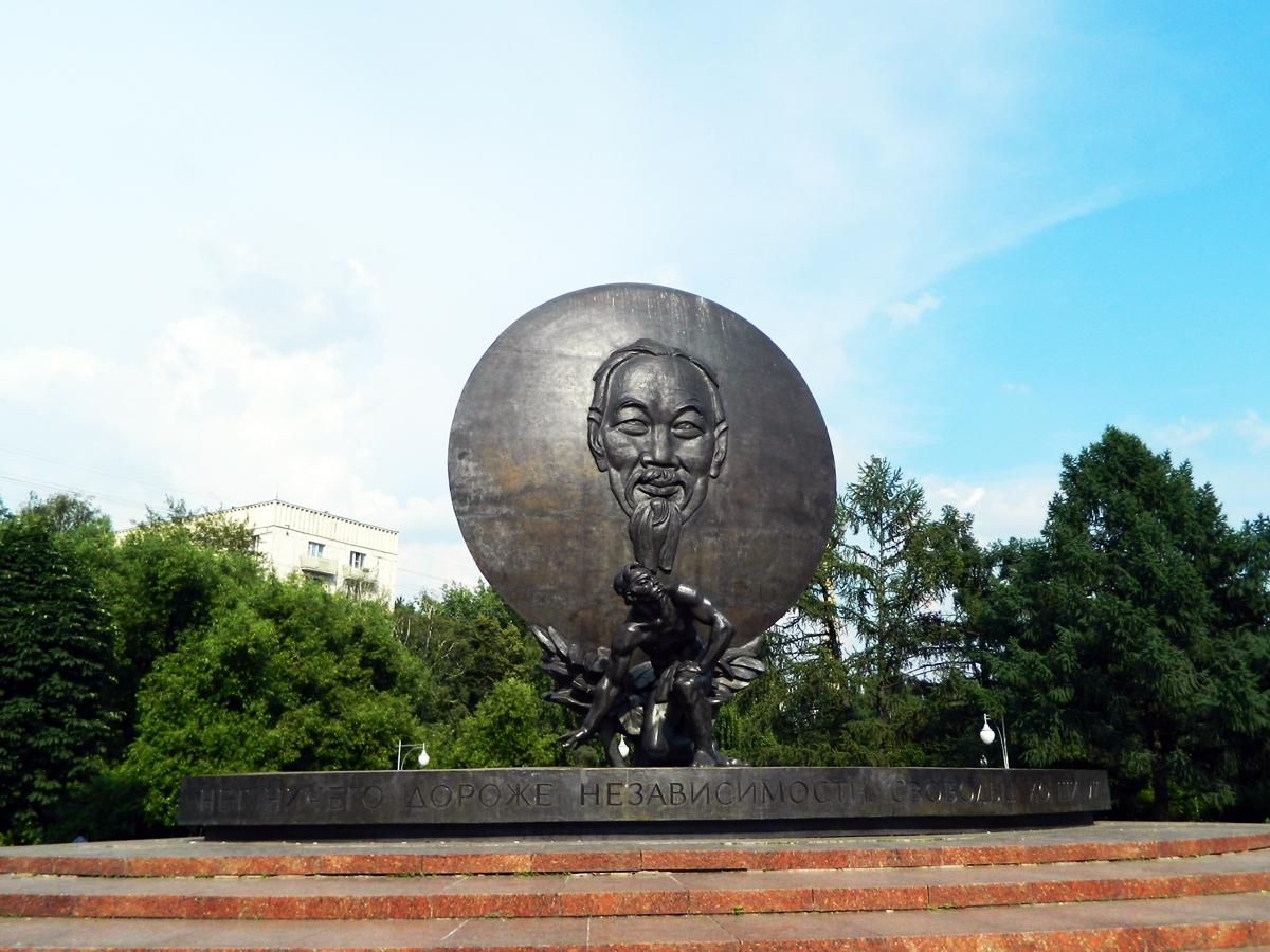 Pamjatnik_Ho_SHi_Minu_v_Moskve_1.jpg