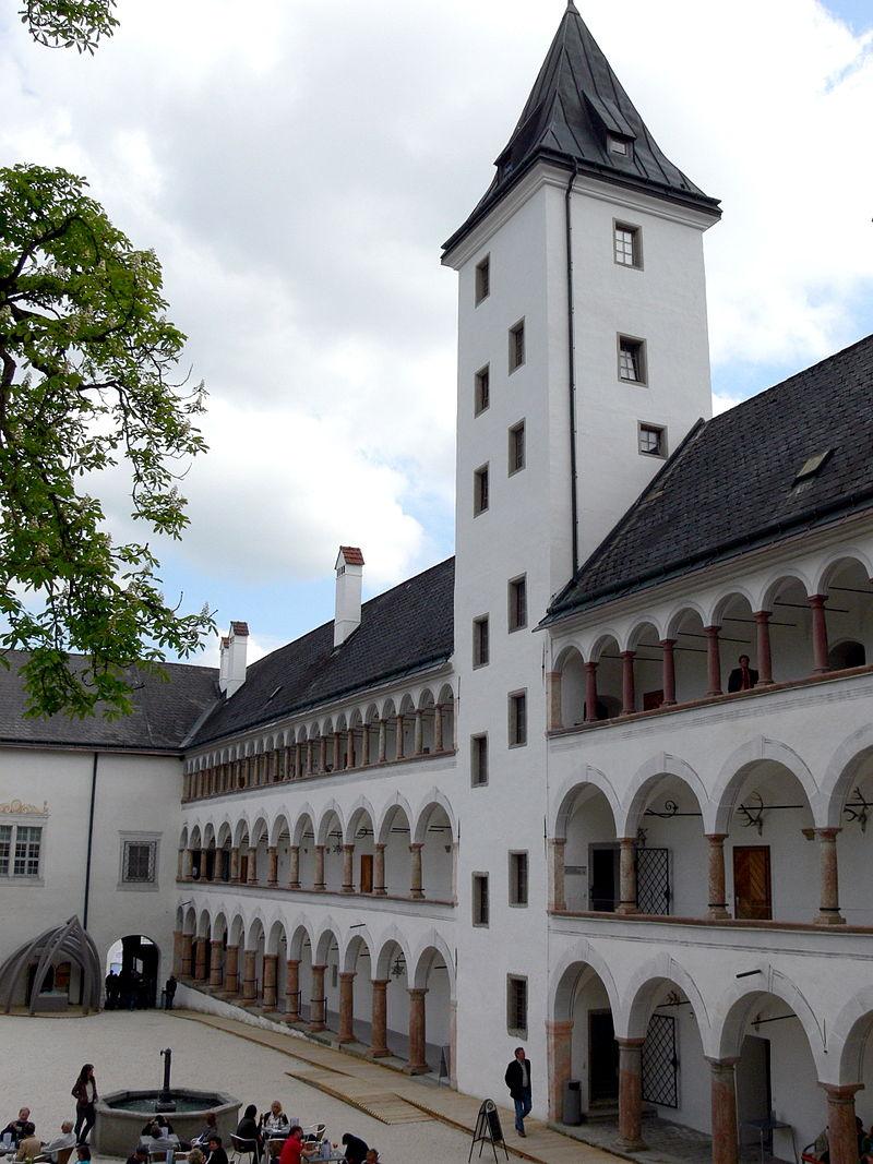 Parz_-_Schloss_4_Innenhof.jpg
