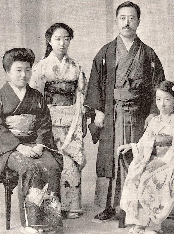 Portrait_of_Japanese_upper_class_family_1920.jpg