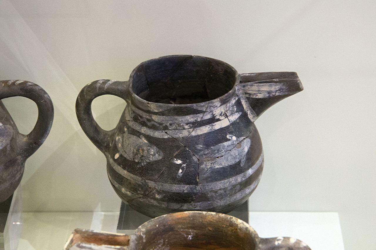 Pottery_from_Vasiliki,_2300-1900_BC,_AMH,_144827.jpg