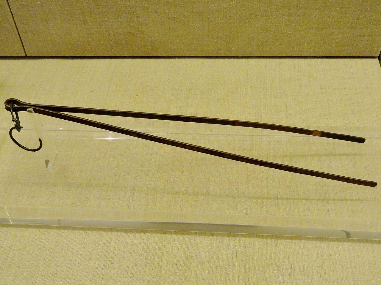 Prähistorisches_Museum_Thira_Bronzewerkzeug_01.jpg
