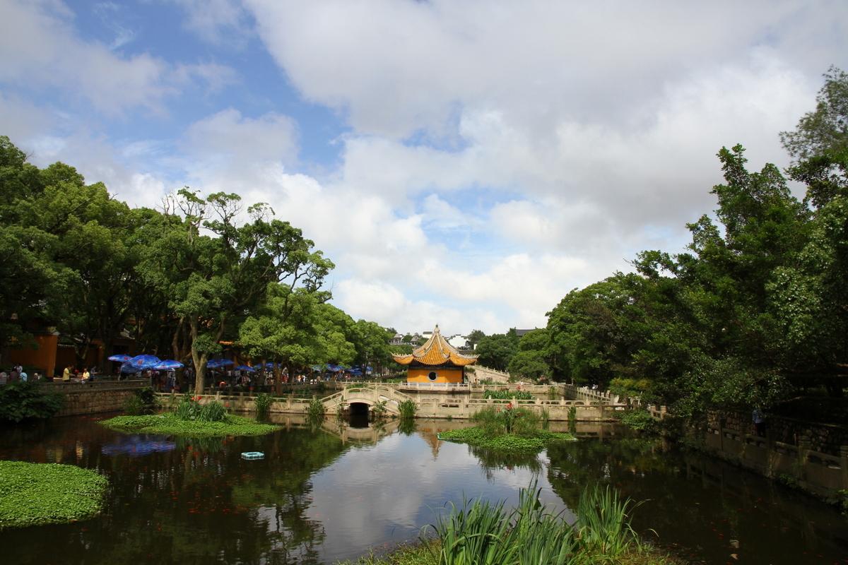 Putuo_Shan_lake_and_pavillons.JPG