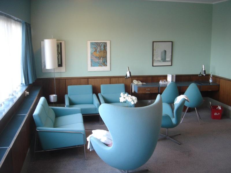 Radisson_SAS_Royal_Hotel,_Room_606,_by_Arne_Jacobsen.jpg