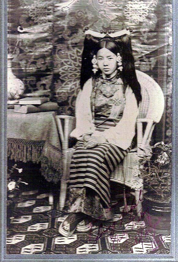 Rinchen_Dolma_Taring_(aka_Mary_Tsarong)_with_headdress_in_1921.jpg