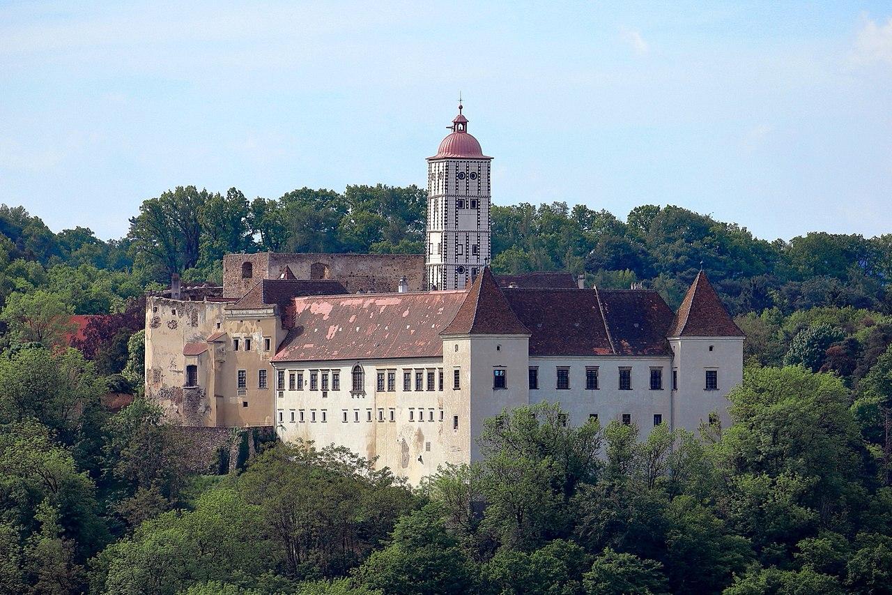 Schallaburg_-_Schloss,_nordseitig.JPG