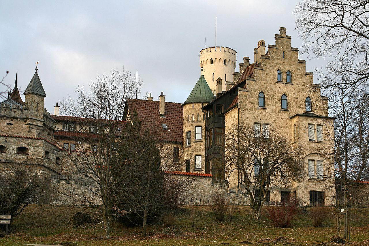 Schloss_Lichenstein_-_panoramio.jpg