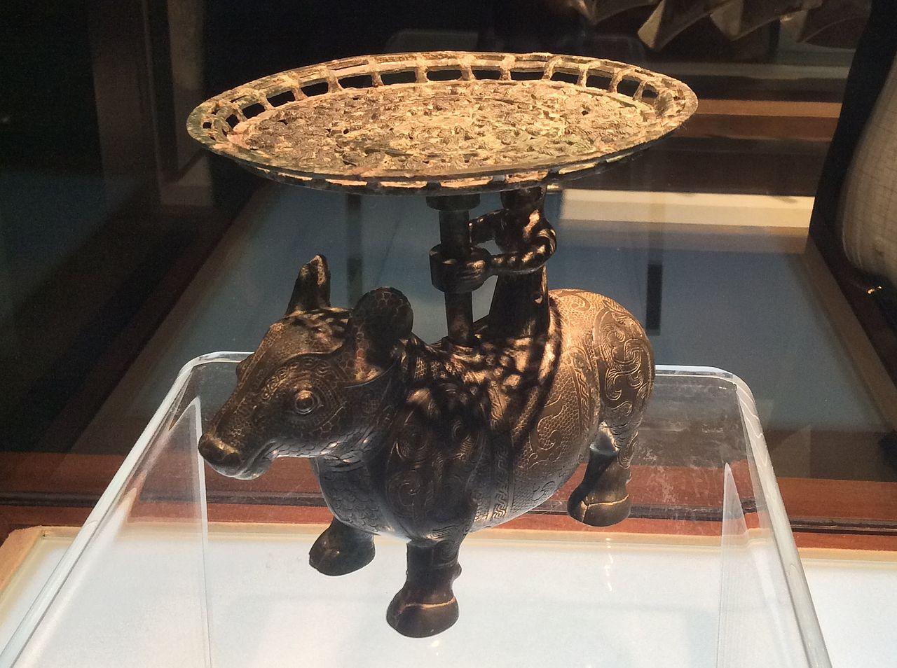 Shanxi_Museum_-_bronze_ox_with_a_man_standing_on_the_back_and_holding_a_plate.JPG