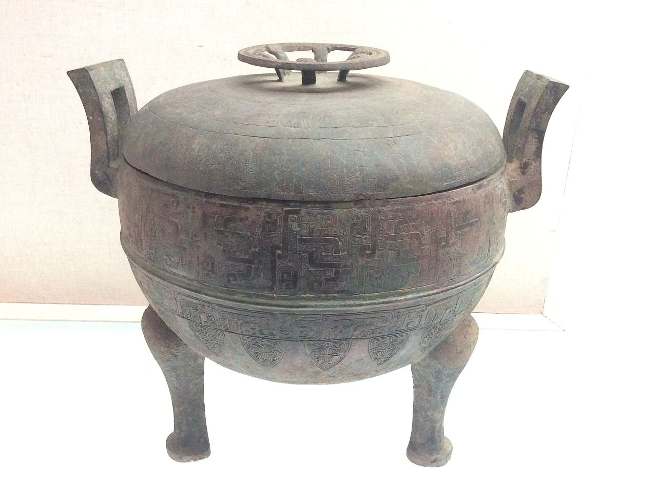 Shanxi_Museum_-_ding_with_a_lid_and_interlaced_hydras_motifs.JPG