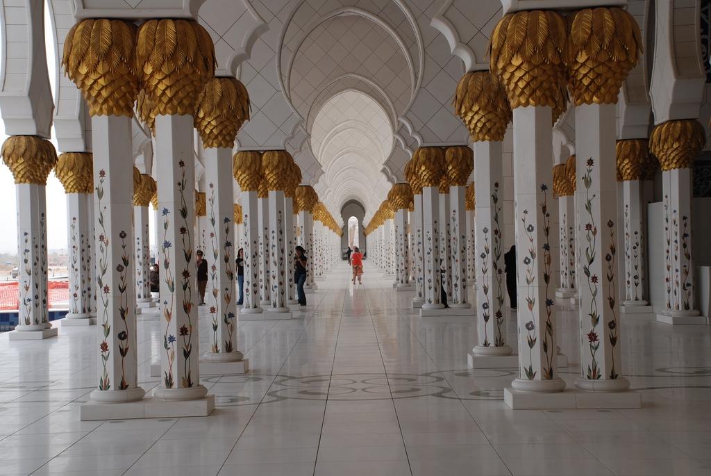 Sheikh Zayed Mosque in Dubai (pillars).jpg