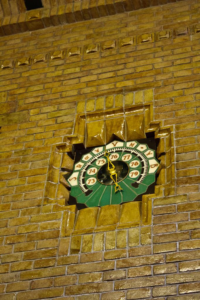 Sint_Hubertus_Hoge_Veluwe_0040_-_Main_hal_barometer_detail.jpg