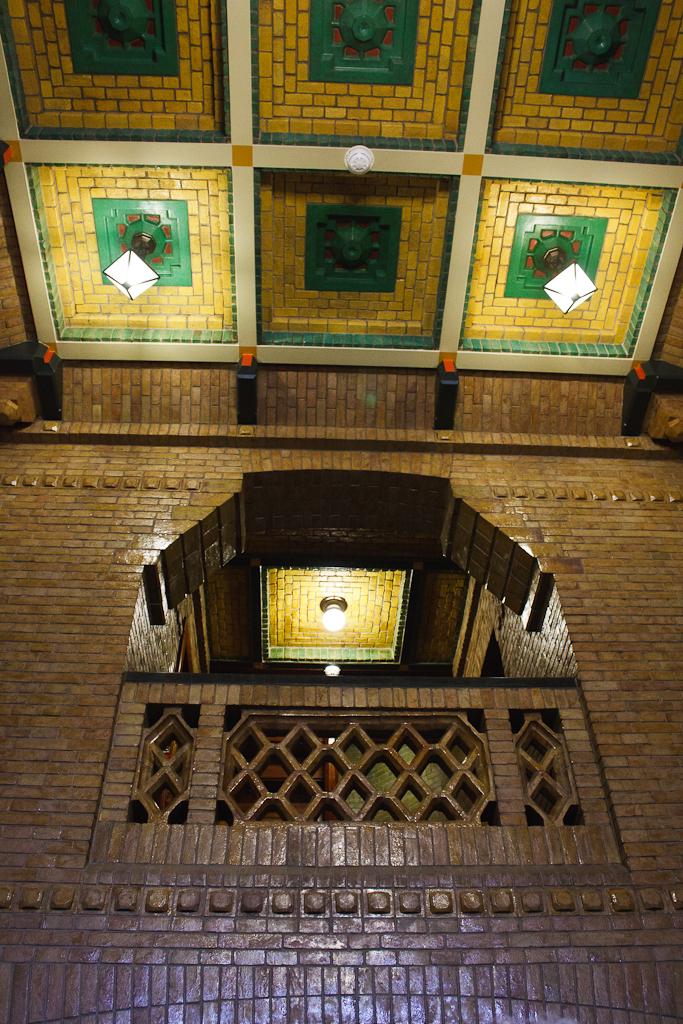 Sint_Hubertus_Hoge_Veluwe_0047_-_Main_hal_ceiling_and_balcony_(detail).jpg