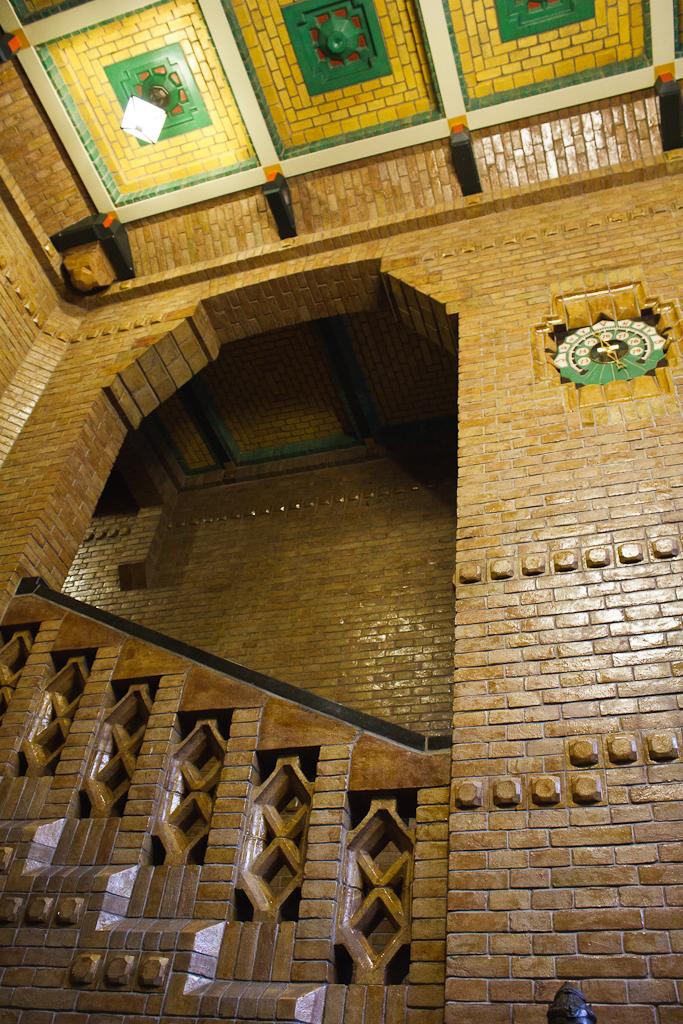 Sint_Hubertus_Hoge_Veluwe_0049_-_Main_hal_stairs_(detail).jpg