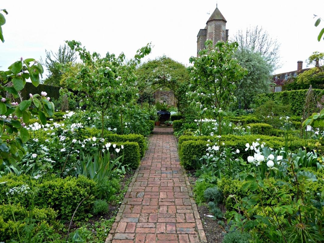 sissinghurst-castle-white-garden-brick-paths-clare-coulson-1466x11е00.jpg