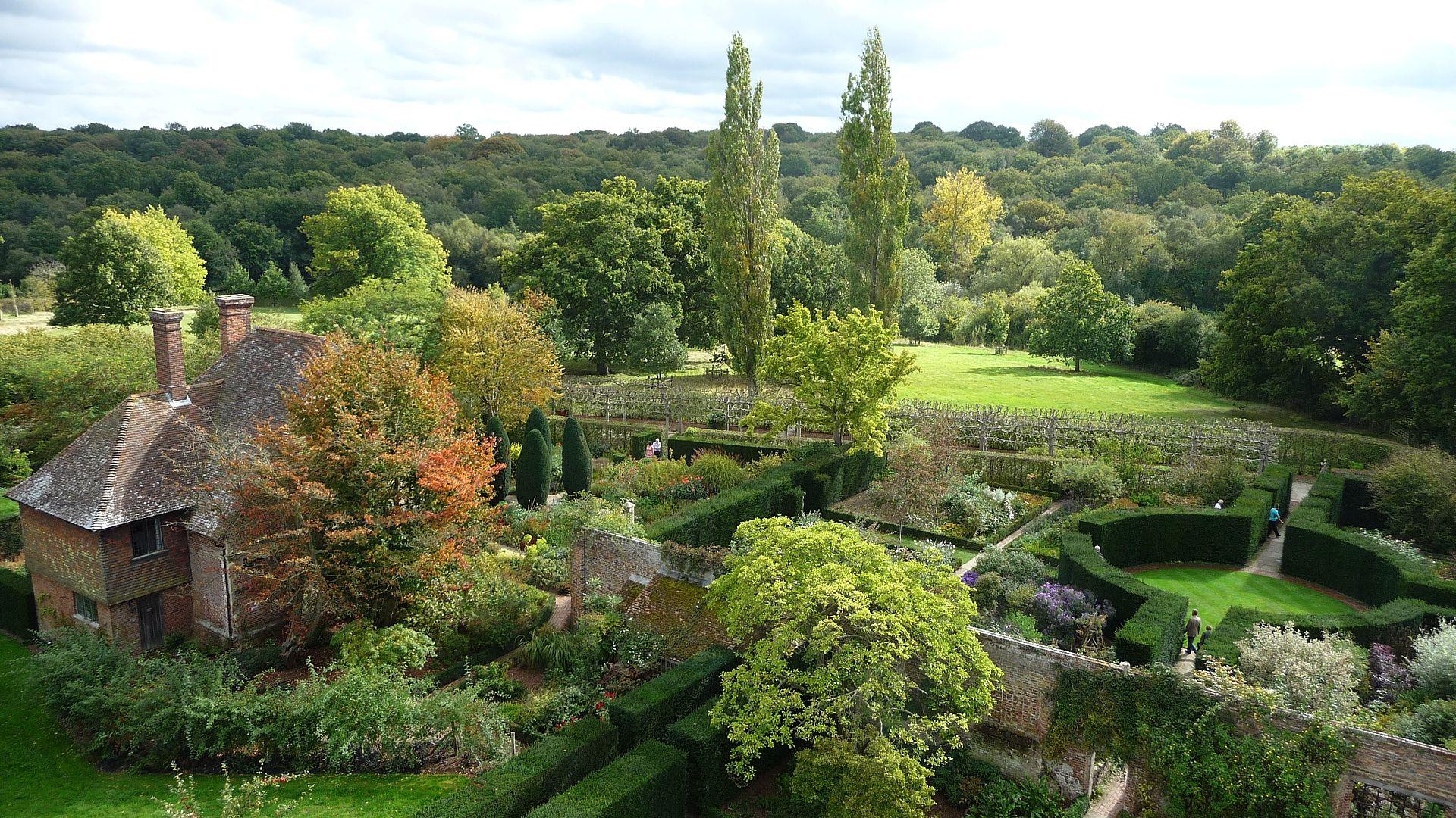 Sissinghurst_Castle_-_Southeast_Gardens.jpg