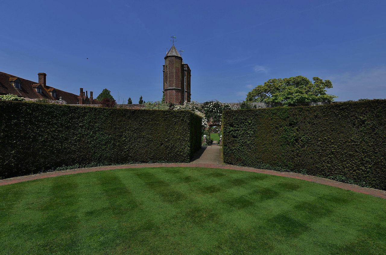 SISSINGHURST_CASTLE_GARDEN_The_Prospect_Tower_from_a_circular_lawn.JPG