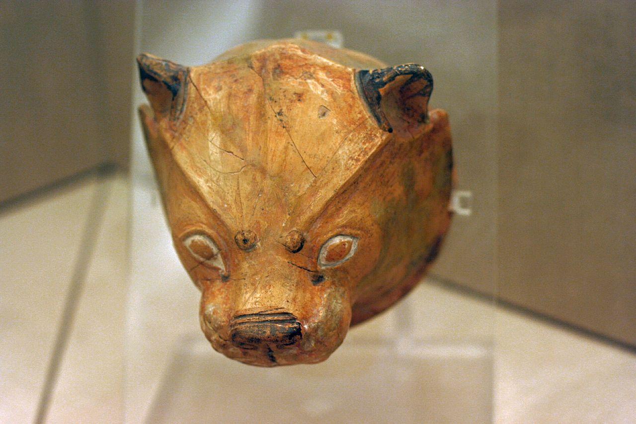 Small_terracotta_Rhyton_lion\'s_head_painted_1700-1600_BC,_PMTh_315_0503199.jpg