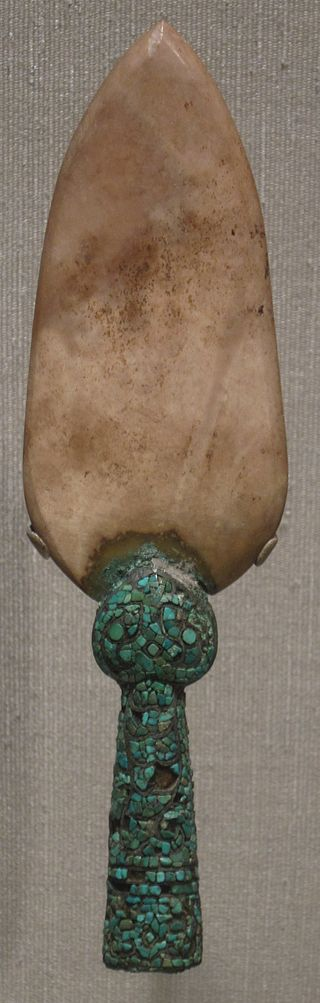 Spearhead_from_China,_Shang_dynasty,_bronze,_nephrite,_and_turquoise,_Honolulu_Academy_of_Arts.JPG